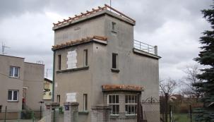 Na plochých střechách byly namontovány dřevěné trámové konstrukce.