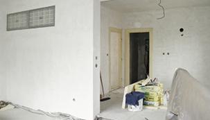 V nově vyzděné příčce mezi schodištěm aobývacím pokojem byl zabudován panel z matných skleněných tvárnic.