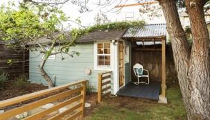 Zahradní domky se mění v prostorné chaty a nabízejí dostatek místa pro nářadí i pro aktivní odpočinek.