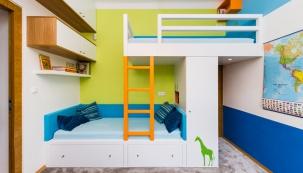 Extrémně stísněné poměry si mohou někdy vynutit klasickou vysokou palandu, ale samostatná částečně zvýšená postel nabízí více výhod.