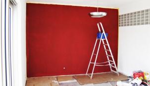 Vobývacím pokoji jsme se rozhodli pro hnědočervenou barvu, která je vdomě již použita najiných místech (např. zábradlí).