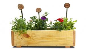 Do truhlíku můžete dávat květináče nebo rovnou izeminu. Když se rozhodnete pro zeminu, doporučujeme ještě dát dovnitř zahradnickou impregnovanou fólii.