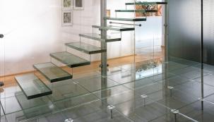 Vrstvené sklo proschodiště - na nášlapnou plochu se používají tři ksobě slepená skla pomocí PVB fólie (tloušťka skel podle rozměrů jednotlivých nášlapů). Sklovina na horní, pochozí vrstvu může být vširoké škále – od klasického čirého plochého skla float až po speciální pochozí skla se součinitelem protiskluzu R9 až R11.
