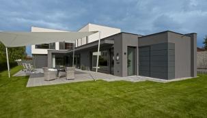 Domy architektky Ivany Dombkové jsou charakteristické nekompromisní účelností, jasnou a přehlednou logikou, velkorysostí a důmyslnou koncepcí až do posledního detailu. Stejný duch panuje i v této domácnosti.