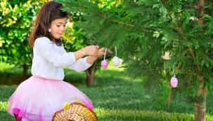 Symbol Velikonoc na zahradě: vlající pentle azavěšená vajíčka vyjadřují radost zjara, ukřesťanů svátky Kristova zmrtvýchvstání.