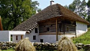 Mlýn tvoří tři stavby: samotný mlýn sobytnou částí, chlévy skolnou astodola. Dvůr areálu uzavírá obdélná zděná kamenná budova chlévů se sedlovou střechou krytou došky abrána.