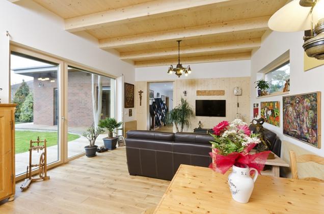Kožená sedací souprava anábytek zmasivu dotvářejí přírodní ráz interiéru vyhřívaného sálavým teplem zhořického pískovce.