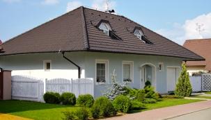 Ne nadarmo se ostřeše hovoří jako opáté fasádě domu. Kfinální podobě celku přispívá vhodný typ krytiny, její barva, ale idoplňky apředevším kvalitně odvedená řemeslná práce. Nasnímku dům vLužicích (KM Beta).