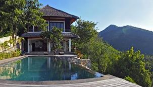 Díky citlivému architektonickému pojetí  ivýběru stavebního materiálu působí dům přirozeně asamozřejmě, jako by natomto místě stál odjakživa.