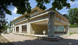 """Brněnská vila Stiassni patří k významným architektonickým dílům, kdysi byla centrem bohatého společenského života, přesto zůstávala vedle """"slavnější sestry Tugendhat"""" tak trochu popelkou. Rekonstrukce dokončená v loňském roce jí navrátila původní krásu a otevřela ji veřejnosti."""