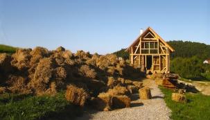 Dům podpírá těžký nosný dřevěný skelet, složený ze sloupků orozměrech 15×15 centimetrů. Nosná konstrukce obvodových stěn je zdvojená našířku 45 centimetrů, tedy našířku balíku slámy.