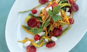 Chřestový salát s chorizem, červenou řepou a kozím sýrem