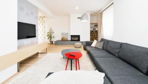 Moderní městské bydlení sprvky severského stylu, který sází napřírodní materiály ačisté linie, si majitelé pochvalují arádi se vracejí domů.