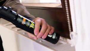 Zohledněte, zda lepíte ve vlhkém prostředí, např. v koupelně nebo venku na domě či zahradě a vybírejte lepidlo vhodné pro lepení nejen v interiéru, ale také v exteriéru. (PATTEX)