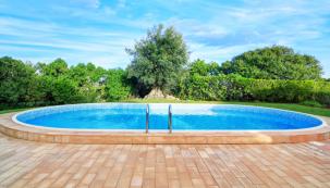 Výběr bazénu obvykle řeší celá rodina. Je nutné zvolit materiál, z něhož je bazén vyroben, velikost, tvar, barvu atd. (Shutterstock)