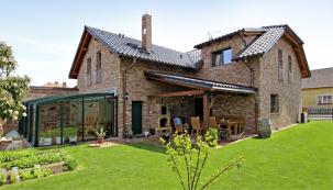 Při stavbě domu kladl majitel důraz na maximální využití samočisticí schopnosti materiálů a jejich trvanlivost s minimálním nárokem na údržbu.