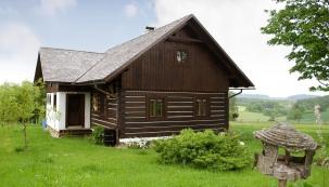 Majitelce se líbí lidové stavby, které přirozeně ahistoricky zapadají dokrajiny. Vzhledem kjihočeské lokalitě se rozhodla pro roubenou chalupu. Projekt podle jejích představ navrhl architekt Jaromír Pizinger.
