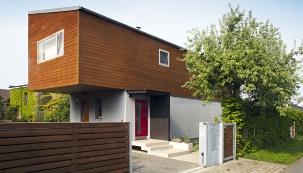 Když architekt Vítězslav Kořínek navrhoval dům pro svoji rodinu, zvolil řešení, které umožní snadno měnit vnitřní uspořádání. To se během sedmi let, co dům obývají, změnilo už několikrát. Definitivní podobu zatím neplánují.