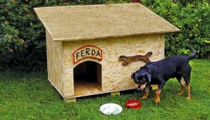 Na výrobu psí boudy budete potřebovat dřevoštěpkovou OSB desku – je pevná a dobře odolává vlivům počasí.