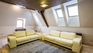Majiteli se podařilo i díky použitým materiálům a kombinaci barev vytvořit nadčasový interiér. Foto: VELUX
