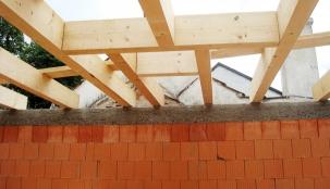 Uložení stropních rámu. V zadní části je místo pro uložení střešního světlíku.