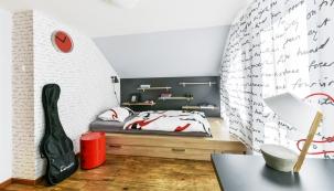 Nazdi Markova pokoje je použitá tapeta (Nafi) sdekorem písma, které se objevuje také natextilních závěsech, výrazný červený akcent sem vnáší také plastový noční stolek.