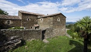 Fantastická poloha nakonci malebné středověké vesnice Mercoire, velkorysá terasa situovaná najihozápad skrásnými výhledy naokolní zalesněné kopce apři pěkném počasí iznámou horu Mont Ventoux, terasovitá devítihektarová zahrada sfíkovníky avinnou révou...