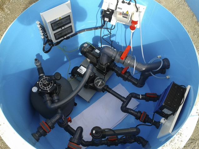 Pohled do nitra šachty s bazénovou technologií – nechybí časový spínač, pískový filtr, oběhové čerpadlo s uzávěry na přívodním potrubí ina výstupu vody a zařízení na ohřev vody (ALBIXON)