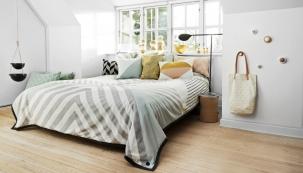 ednoduchý skandinávský styl si zamiluje každý, kdo má rád čisté, vzdušné a prosvětlené prostory s převahou bílé barvy a přírodních materiálů, které se nejčastěji kombinují s tlumenými pastelovými odstíny zelené, modré, šedé, růžové...