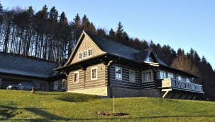 Moderní valašská roubenka se materiálem, provedením, barevností azdobením přizpůsobuje místní architektuře.