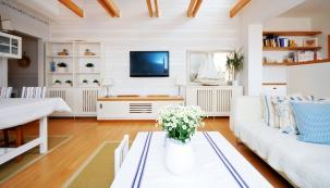 Tradiční severská kombinace bílé apřírodního dřeva nechává naplno vyznít velkorysý prostor převýšeného interiéru, který oživuje přiznaná konstrukce krovu.