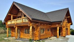 Základ je exteriér adle toho pak propracováváme adolaďujeme interiérové dřevěné prvky naším klasickým rustikálním stylem, říkají bratři Pacákovi. Ve štítu je zepředu balkon přístupný ze dvou pokojů. Celému domu vévodí smrkové dřevo.