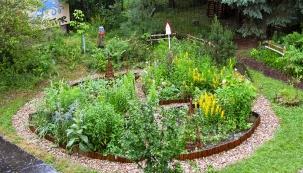 Polykultury zeleniny, jedlých květin apodpůrných rostlin uspořádané domandaly.