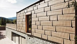 Hliníkový panel FX.12 s odstínem písková se dokonale podobá vzhledu kamene a jeho robustnost, dlouhá životnost i odolnost vůči povětrnostním vlivům může vlastnostem kamene hravě konkurovat (PREFA ALUMINIUMPRODUKTE)