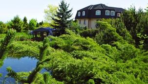 Majitelé rozsáhlého dvouhektarového pozemku vdosahu brdského pásma najižním okraji Prahy založili impozantní zahradu parkového typu. Nabízí jedinečnou atmosféru obohacenou šuměním lesů avody aje ideálním prostředím nejenom pro samotné majitele, ale také pro nejrůznější druhy zvířat.