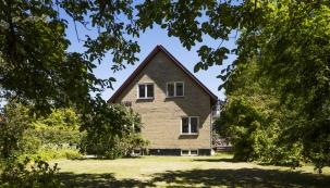 Rodinný dům se nachází severně od Kodaně a mezi jeho přednosti patří kromě lokality a prostornosti též krásná zahrada.