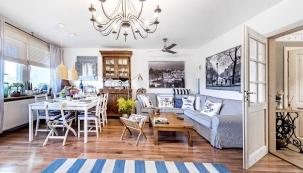 Kombinace starého anového nábytku opatřeného patinou, různých materiálů adekorací, které dávajícelému bytu osobitý adomácky útulný charakter.