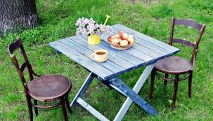 """Zahradní stůl pro příjemné posezení na zahradě ve stínu stromů si samozřejmě můžete koupit. Pokud jste ale alespoň trochu šikovní a chcete sedět u """"svého"""" stolu, můžete si jej snadno vyrobit."""