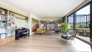 Než interiér domu pro čtyřčlennou rodinu získal dnešní harmonickou azároveň nadčasovou podobu, uběhlo několik let, ale výsledek je více než uspokojivý. Majitelé své jasné představy zhmotnili spomocí architektky adesignérů, kteří jsou současně výrobci nábytku.