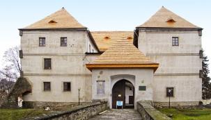 Bývalá vodní tvrz uprostřed města Jeseník byla zjevně zrekonstruována snejvyšší pečlivostí. Zásluhu na tom mají místní památkáři  ašikovní řemeslníci, kteří se řídili doporučeními aradami platnými po staletí.