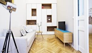 Obývací pokoj je navržen tak,aby mohl sloužit ijako případná ložnice. Pohovka je rozkládací, vestavná skříň univerzální.