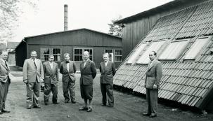 Villum Kann Rasmussen s kolegy u nově otevřené továrny VELUX v západním Německu; zdroj: VELUX Česká republika