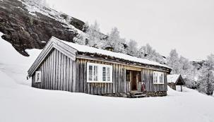 Vromantickém prostředí hor vkraji Sirdal se nachází neobyčejná stavba. Dřevěný srub jménem Litlestøl patří paní Evě Gill, která si jej zařídila podle svého vkusu aužívá jej scelou rozvětvenou rodinou.