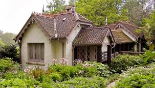 Tentokrát jsme se sJanou Novákovou vydali pro inspiraci doparků, zámeckých zahrad askanzenů. Vyzkoušeli jsme si, že romantická zahrada je vnímaná všemi smysly a odráží nekonečnou pestrost amnohotvárnost přírody.