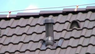 Ucelený sortiment materiálů a doplňků pro odvětrání střechy, jako jsou větrací pásy, mřížky, tvarovky, ale také větrací turbíny a odvětrávací sety, nabízí společnost HPI-CZ.