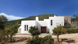 Naseverní straně malebného ostrova Ibiza se rozkládá dvouhektarový pozemek sbujnou vegetací ausedlostí, která slouží jako letní sídlo britských manželů. Ti koupili pozemek sdomem před pár lety arozhodli se odpodlahy zrekonstruovat celý interiér.