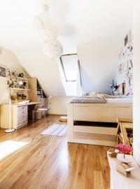 Nábytek vdívčím pokoji je také zmasivního dřeva, kromě designové židle. Místnost je menší, aproto vyžadovala světlejší tóny. Tvar psacího stolu se skříňkou arozmístění nábytku kopíruje chlapecký pokoj. Hlavním motivem jsou tu koně.