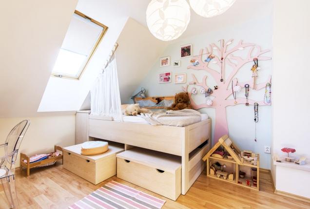 Světlé dřevo abílé stěny oživuje mentolová barva doplněná tóny růžové nadekoracích. Bedny pod postelí neslouží jen jako úložné prostory, ale ijako sedátka pro časté návštěvy.