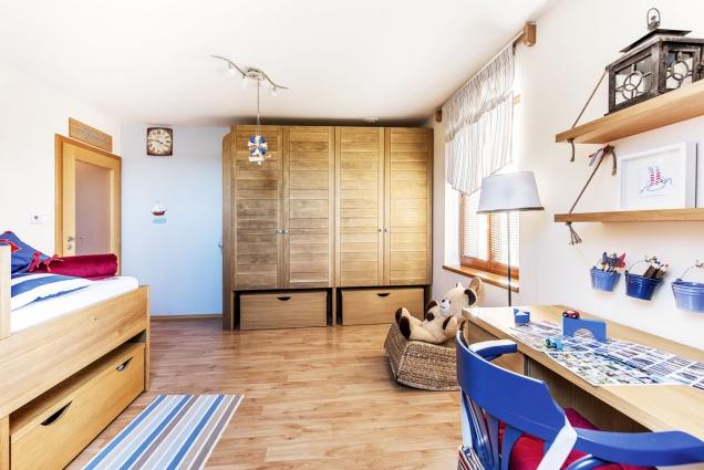 Základním požadavkem bylo vytvořit dostatek úložných prostor. Veškerý nábytek je zmasivního dubu se speciální úpravou.