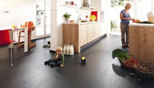 Podlahová krytina Madura zmateriálu Wood Powder – směsi jemných dřevěných vláken svysokým podílem minerálních látek (slída, korund, pojiva adesignové složky – pigmentová barviva) (MEISTER)